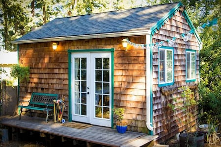 Backyard cabin overlooking goats and hot tub - Portland - Cabane