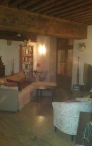 Appartement face aux halles de Crémieu - Byt