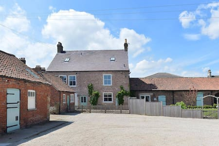Former farmhouse with hot tub and games room - Sherburn