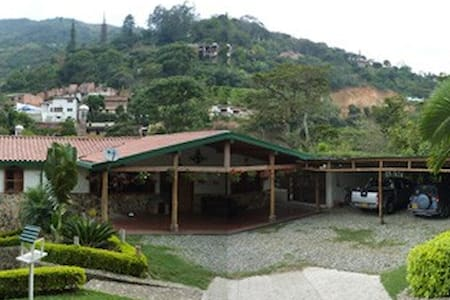 Las Rocas Country Mansion with stream, Pool & Lake - Pension