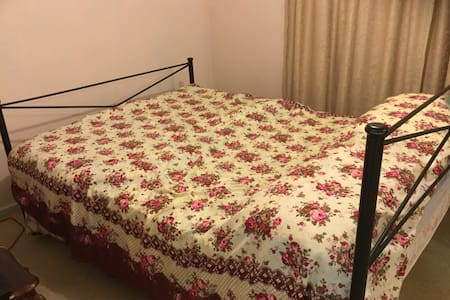 King Bed Room - Student, Traveller or Couple - Giralang - Dom