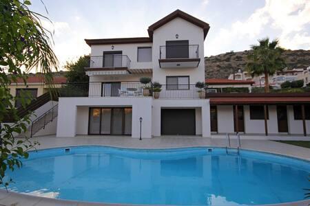 Villa Calluna Guest Rooms - Germasogeia