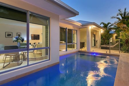 Modern, Convenient, Beautiful Home - Palm Cove - House