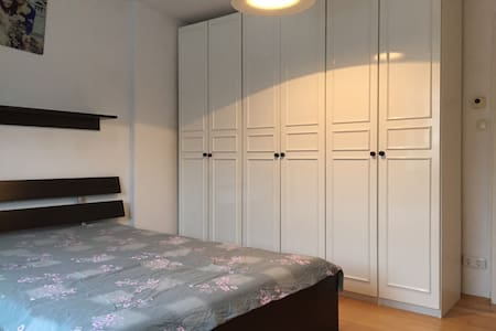 A complete apartment (58 m2),central location with easy access to public transportation. 2 Mins to M6 (main stops of city center). 8 mins to U3 (U Bahn station).Clean and practical apartment (2 or 3 persons).Nice and quiet neighborhood, WIFI access.