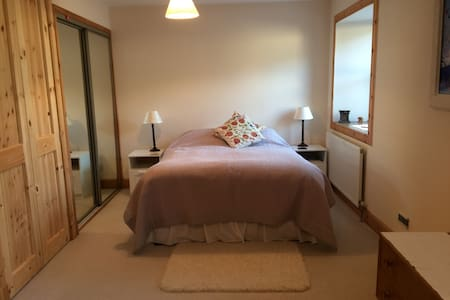 Cosy 3BD with private parking - Newmills