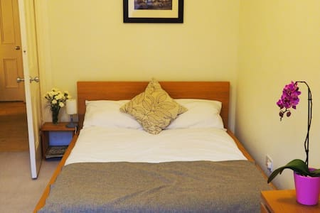 Private Double Room in the Heart of the West End - Glasgow