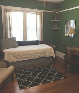A spacious, cozy bedroom in Riverside - Jacksonville - Casa