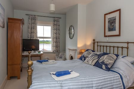 Harbour Frontage House Great Views - Bed & Breakfast