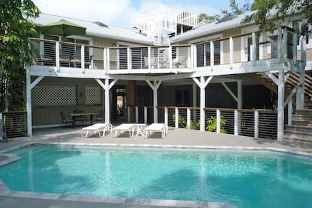 Jungle Paradise with Pool - Palm Harbor - Ház