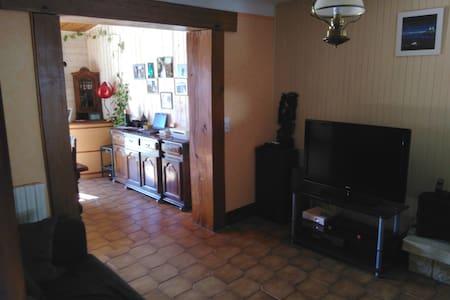 Belle maison spacieuse, calme et confortable - Dům