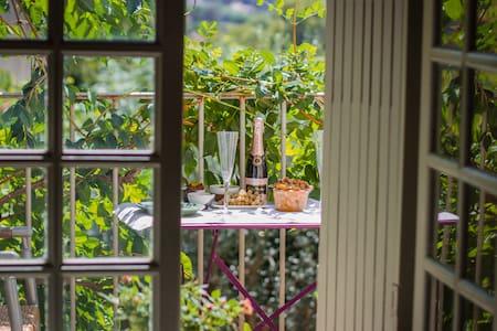 Double bedroom with sunny balcony - Lourmarin