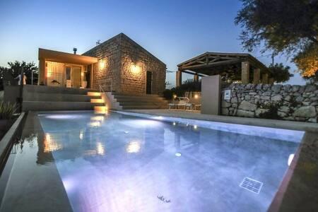 MASSERIA GIRLANDA: piscina con spa - House