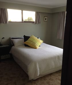 Tidy sunny secure home - Christchurch - Huis