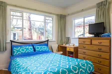 Private Queen Room Deakin Box Hill Air Con Kitchen - Blackburn South - House