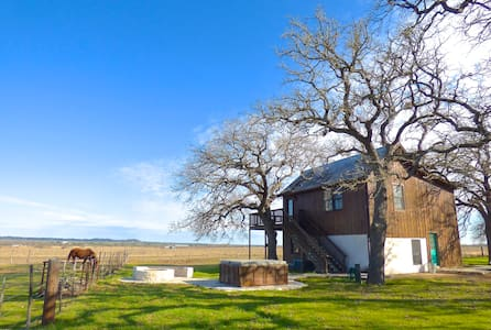 Moonrise Retreat, hill country calm - Bed & Breakfast