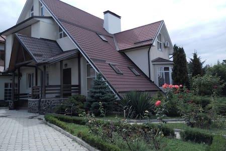 Большой Красивый дом в центре города - Nalchik - Hus