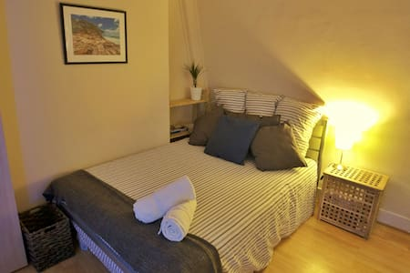 Lovely DB room centraly located w/ great transport - Londres - Apartamento