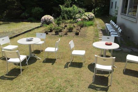 広い庭園で朝食を楽しめます。色々な花々を眺めながらゆったりした時間を! - 十和田市