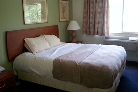 Riverwalk Inn Hotel Room 110 - 1 King Bed - Fort Atkinson - Apartamento