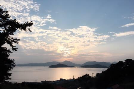 탁 트인 바다 평온한 노을과 산 아기자기한 꽃과 식물 - Sadeung-myeon, Geoje-si - Casa