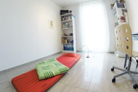 1 Zimmer mit Luftmatratze, viel Platz in 3,5 Zi-Wo - Wohnung