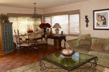 Private Room in 3 Bdr House: Warm, cozy, LAX conv. - House