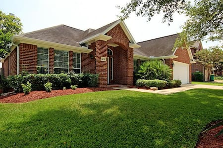 Private room in gated community - Pearland - Hus
