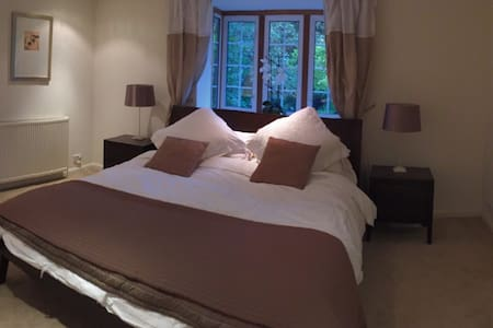 Stunning kingsize room with large ensuite, parking - Cobham - Casa