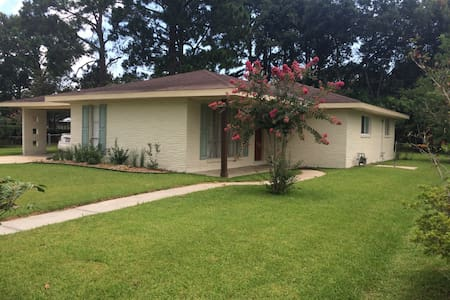 Centrally located house - Lafayette