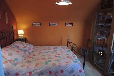 Chambre dans maison agréable, quartier calme. - Bed & Breakfast