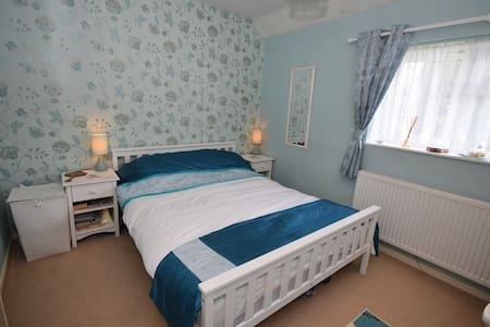 Nice room in Redhill - House
