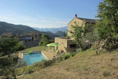 Villa avec piscine , calme et vue exepetionnelle - Montaulieu