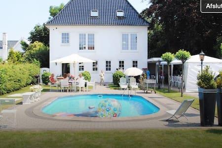Hus med pool, nær by og skøn natur. - Hus