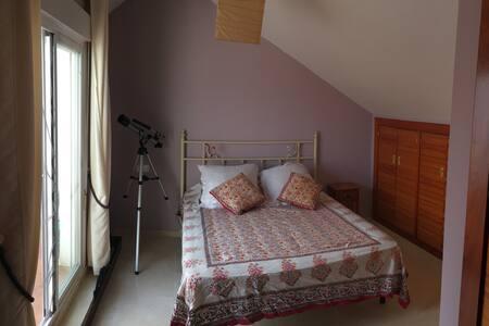 Habitacion suite en buhardilla en casa adosada - Rumah