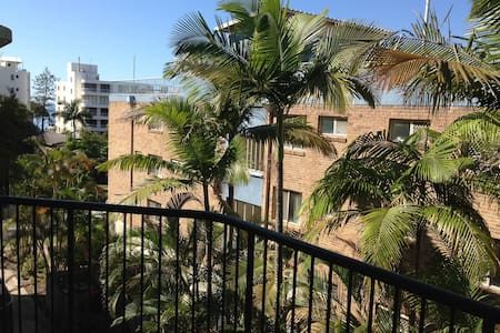 A tidy and fully self-contained unit by the beach, you will feel right at home in the beautiful coastal town of Caloundra. Enjoy the private roof-top terrace for sun lounging/dinner under the stars. Walk to beach, shops, cafes, bars, park. Family vac