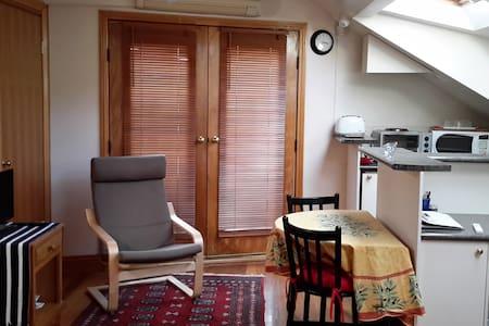 Sunny, Comfortable Apartment - Albert Park