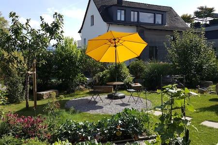 Ruhiges, modernes Studio mit Gartensitzplatz - Apartment