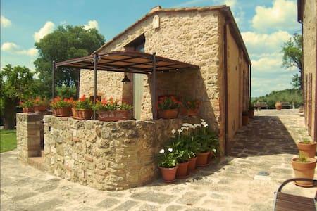 Pieve Di Sant Ippolito, sleeps 4 guests in Asciano - Asciano - Vila