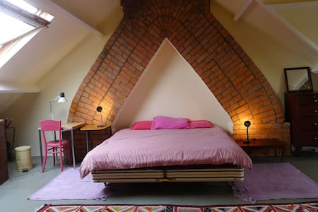 Master Bedroom in Victorian House - Bed & Breakfast
