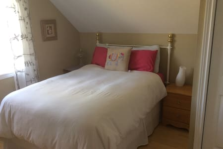 Private bedroom near 8 Wing & PEC - Quinte West - House