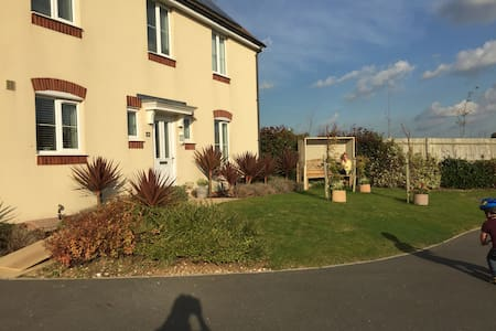 2 Rooms in 4 Bedroom Detached House - House