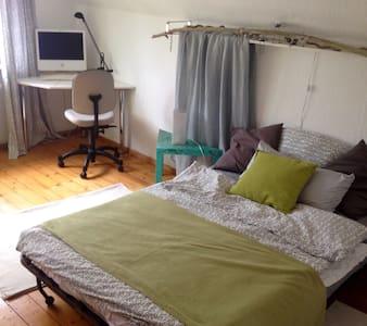 helles Dachzimmer, 1,40m Bett - Rumah