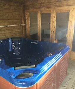 Private Chalet for two with Hot Tub - Prestatyn - スイス式シャレー