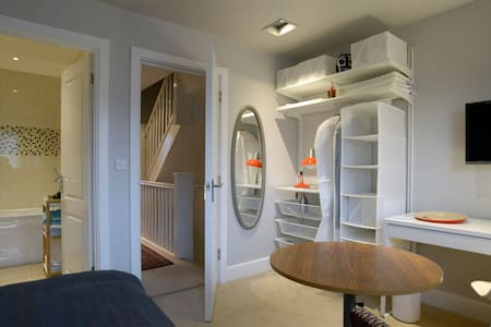 Private room with ensuite bathroom - House