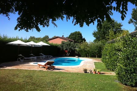 Romantic country attic with pool & free parking - Ferrara - Lejlighed