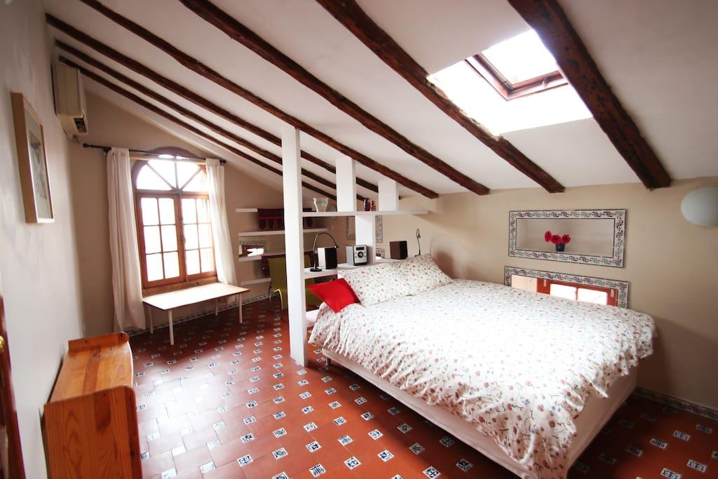 Bedroom (large double bed plus 2 foldaway singles) - dormitorio (cama de matrimonio y posibilidad de 2 camas suplementarias)