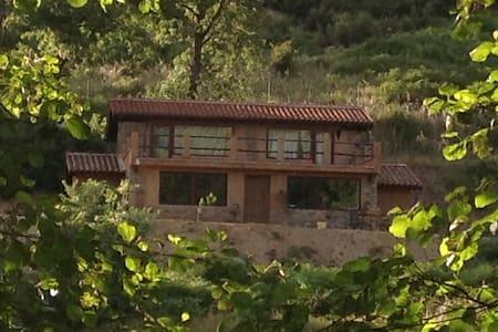 Casa sin vecinos a la vista - House