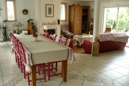 Grande maison à 10 minutes du Mans - La Chapelle-Saint-Aubin - Hus