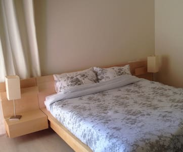 A large private room within a house - Herzliya Pituah - Bed & Breakfast