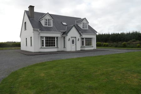 Our four bedroom cottage is the perfect location for exploring everything that South Kerry has to offer. Located on a quiet road, 5 minutes from Caherciveen town it offers the perfect base for travelling to some of Kerry's best attractions.